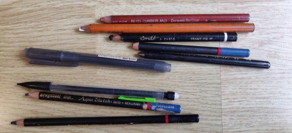 Toutes sortes de crayons et un feutre : sanguine, crayon blanc, pierre noire, mine de plomb, feutre pinceau Muji, criterium, etc.